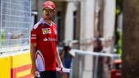 Sebastian Vettel si prohlíží trať v Baku