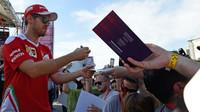 Sebastian Vettel při autogramiádě v Baku
