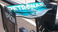 Zadní křídlo Mercedesu v Baku