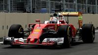 Sebastian Vettel při tréninku a Flow-visem na zadním křídle v Baku