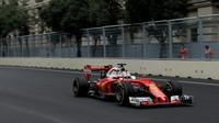 Sebastian Vettel s použitím DRS při tréninku v Baku