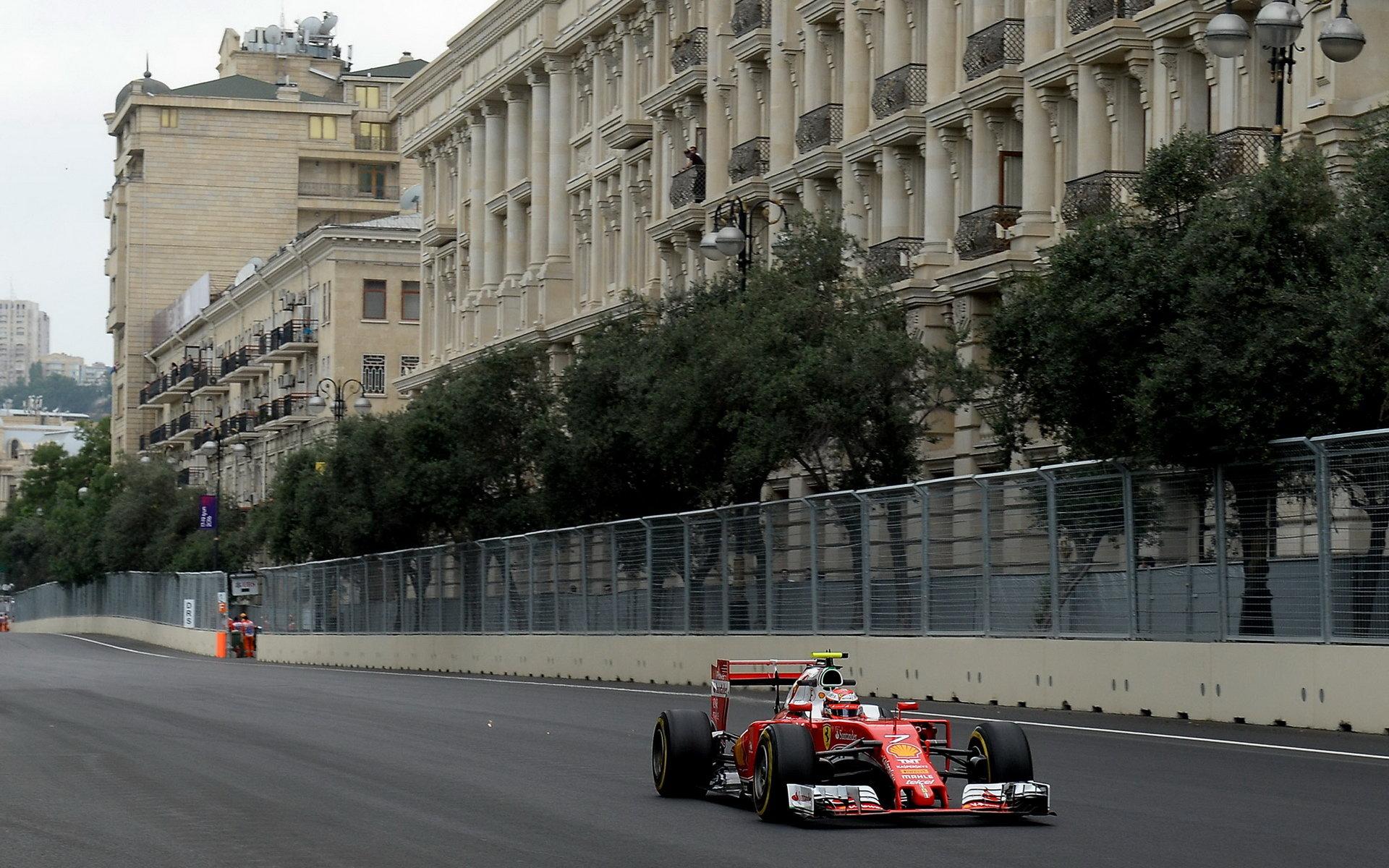 Kimi Räikkönen s použitím DRS při tréninku v Baku