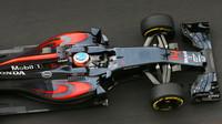 Fernando Alonso při tréninku v Baku