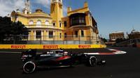 Jenson Button na středně-tvrdých pneumatikách během tréninku v Baku