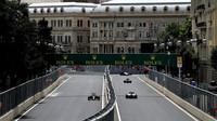 GRAFIKA: Startovní rošt v Baku po penalizacích Péreze, Magnussena a Sainze - anotační obrázek