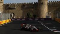 Romain Grosjean v závodě v Baku