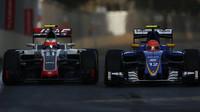 Felipe Nasr předjíždí Estebana Gutiérreze v závodě v Baku
