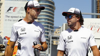 Jenson Button a Fernando Alonso v Baku