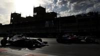 Jenson Button předjíždí Fernanda Alonsa v závodě v Baku