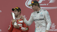 Sebastian Vettel a Nico Rosberg na stupních vítězů po premiérovém závodě v Baku