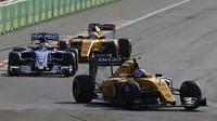 Jolyon Palmer, Marcus Ericsson a Kevin Magnussen v závodě v Baku