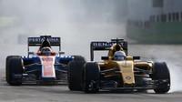 Kevin Magnussen a Pascal Wehrlein v závodě v Baku
