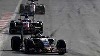Carlos Sainz před vozy McLarenu v závodě v Baku