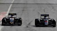 Fernando Alonso předjíždí Carlose Sainze v závodě v Baku
