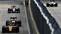 Jolyon Palmer a Carlos Sainz v závodě v Baku