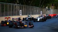 Daniil Kvjat a Max Verstappen v závodě v Baku