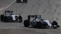 Felipe Massa a Valtteri Bottas v závodě v Baku