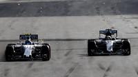 Valtteri Bottas předjíždí Lewise Hamiltona v závodě v Baku