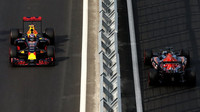 Max Verstappen a Daniil Kvjat v závodě v Baku