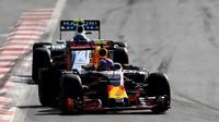 Max Verstappen a Valtteri Bottas v závodě v Baku