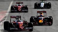 Sebastian Vettel a Daniel Ricciardo v závodě v Baku