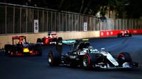 Nico Rosberg a Daniel Ricciardo v závodě v Baku