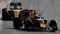 Max Verstappen a Jolyon Palmer v závodě v Baku