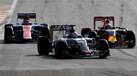 Romain Grosjean, Daniel Ricciardo a Pascal Wehrlein v závodě v Baku