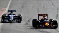 Daniel Ricciardo a Marcus Ericsson v závodě v Baku