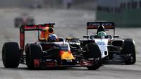 Daniel Ricciardo a Nico v závodě v Baku
