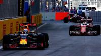 Daniel Ricciardo a Sebastian Vettel v závodě v Baku
