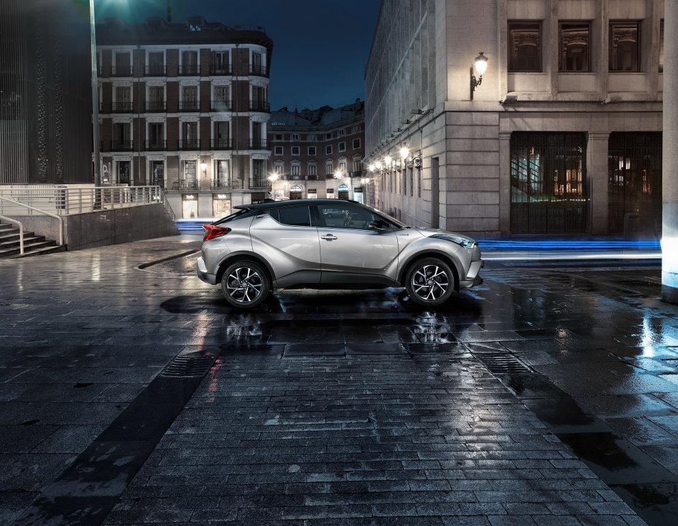 Toyota C-HR se po ženevské premiéře představuje detailněji, a to včetně interiéru.