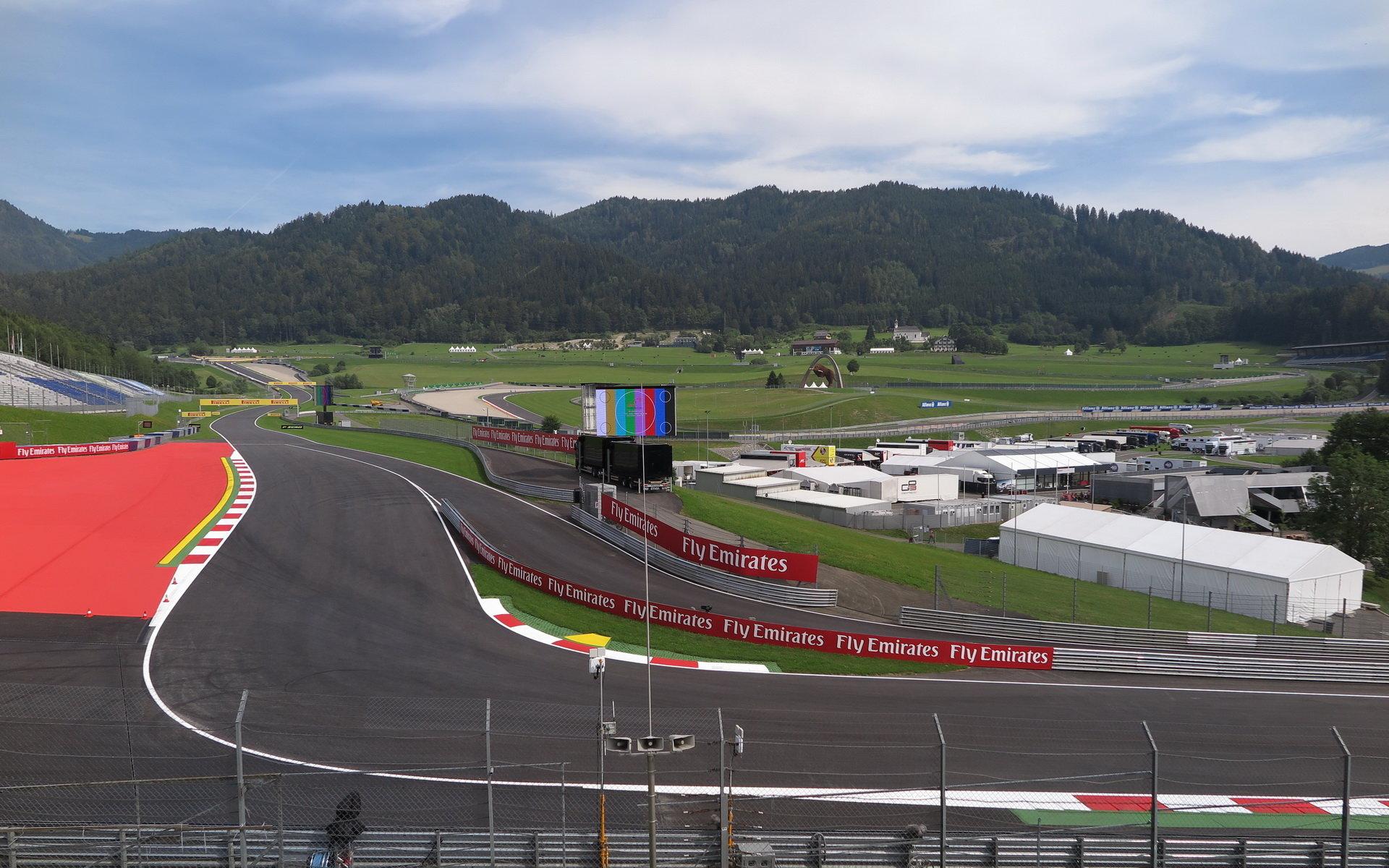 2. trénink na Red Bull Ringu zastavila silná přeháňka, piloti se na trať v polovině tréninku vracejí - anotační foto