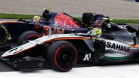 Sergio Pérez předjíždí Carlose Sainze v závodě na Red Bull Ringu