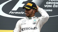 Lewis Hamilton na pódiu po závodě na Red Bull Ringu