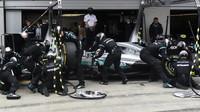 Výměna pneumatik týmu Mercedes v závodě na Red Bull Ringu