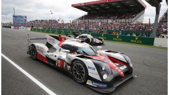 Tovární vůz Toyota TS050 Hybrid posádky Nakajima / Davidson / Buemi ztratil v Le Mans 2016 vítězství doslova v posledních minutách