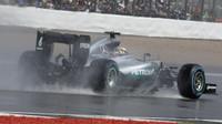 Lewis Hamilton za deště v závodě v Silverstone