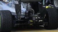 Zadní část vozu Mercedes v závodě v Silverstone