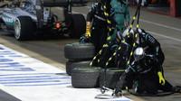 Tým mechaniků Mercedes v závodě v Silverstone