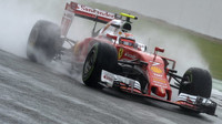 Kimi Räikkönen za deště v závodě v Silverstone