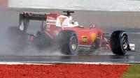 Sebastian Vettel za deště v závodě v Silverstone