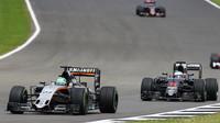 Nico Hülkenberg a Fernando Alonso v závodě v Silverstone