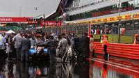 Začátek závodu doprovodil déšť v Silverstone