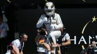 Lewis Hamilton se raduje z vítězství v Silverstone