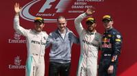 Vítězové na pódiu po závodě v Silverstone