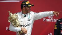 Lewis Hamilton se svou trofejí po závodě v Silverstone