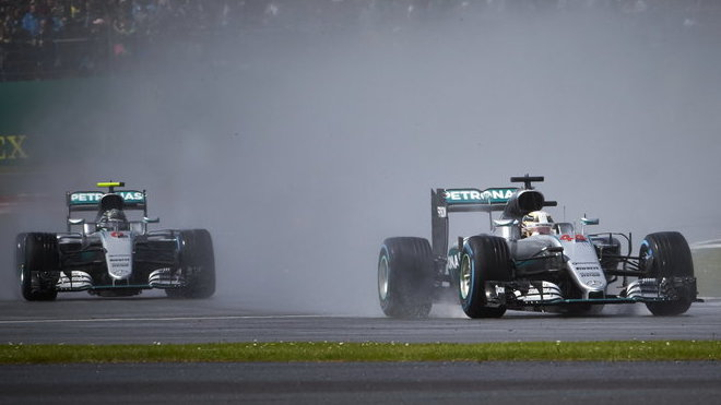 Lewis Hamilton a Nico Rosberg za deště v závodě v Silverstone