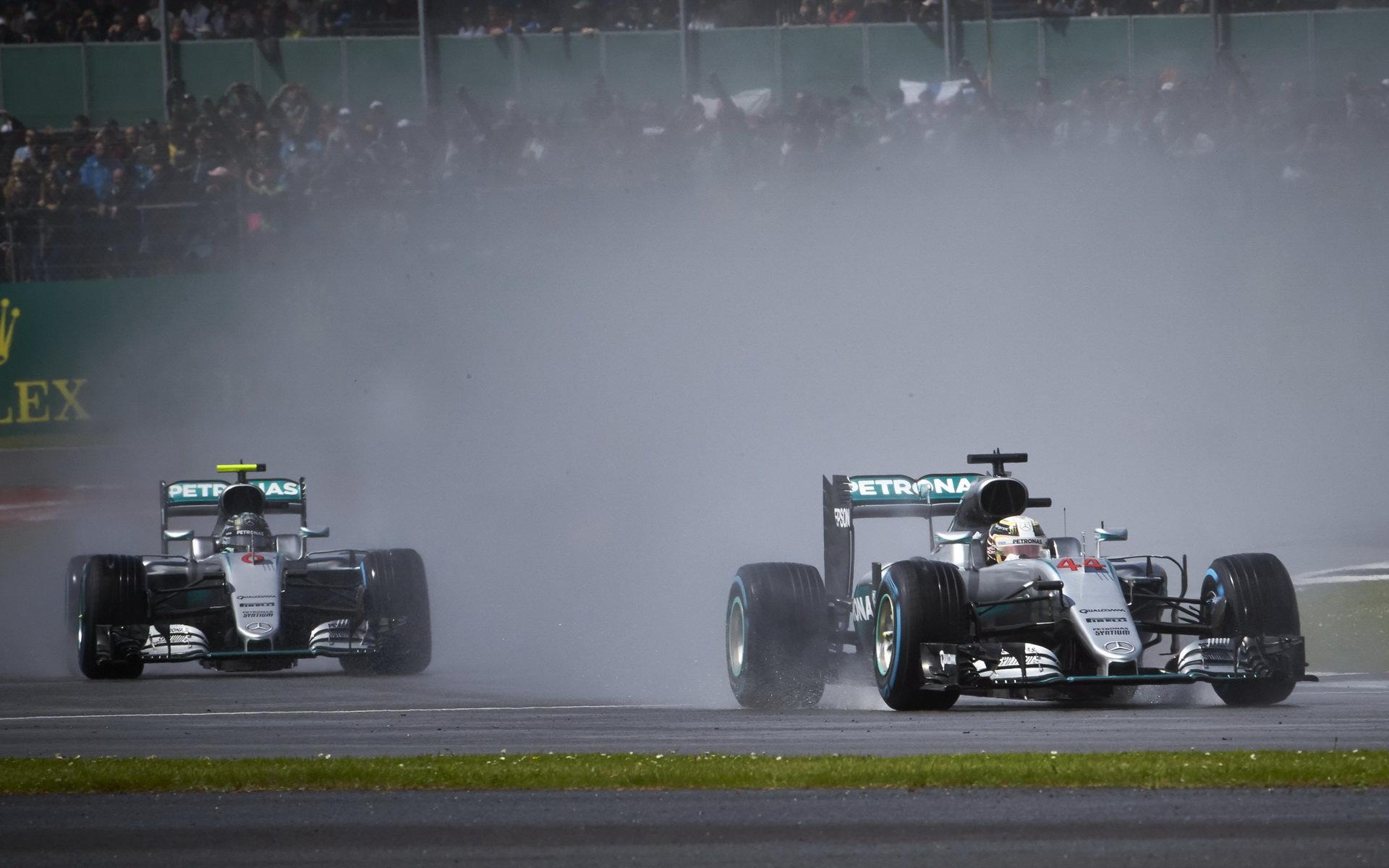 Deštivou maďarskou kvalifikaci plnou nehod vyhrál Rosberg, Red Bull má druhou řadu - anotační obrázek