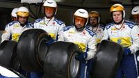 Mechanici týmu Sauber v závodě v Silverstone